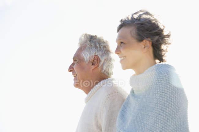 Nahaufnahme eines lächelnden Seniorehepaares am Strand — Stockfoto