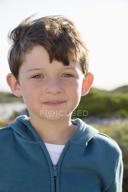 Портрет счастливого маленького мальчика на улице — стоковое фото