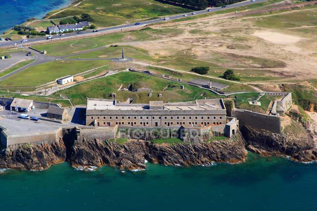 Вид с высоты птичьего полета на форт Пентьевр на скале на полуострове Киберон, Западная Франция, Франция — стоковое фото