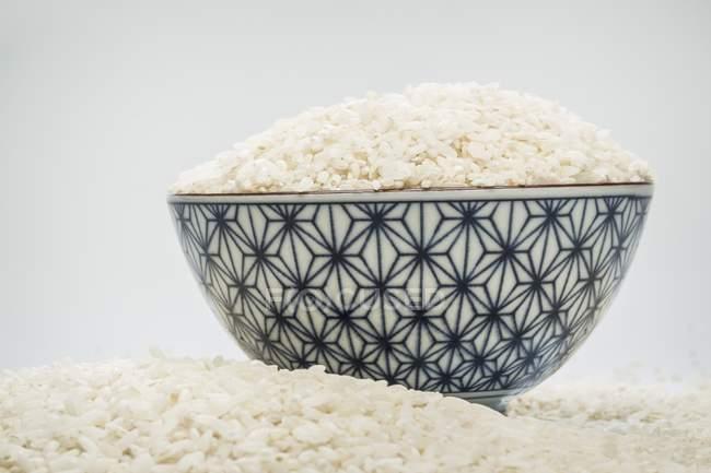 Reisschale mit Reis umgeben, selektiver Fokus — Stockfoto