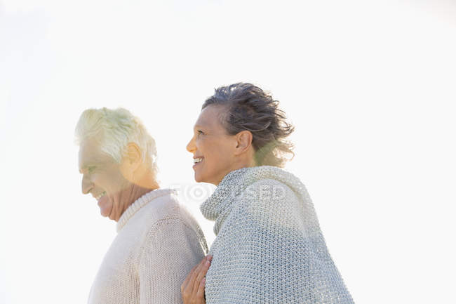 Close-up de casal sorridente andando juntos ao ar livre — Fotografia de Stock