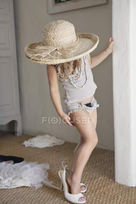 Милая маленькая девочка носить негабаритные соломенной шляпе — стоковое фото