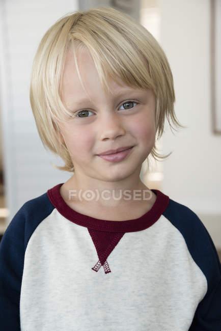 Портрет щасливі маленький хлопчик з світле волосся — стокове фото
