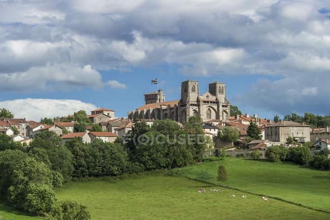 France, Auvergne-Rhônes-Alpes, Haute-Loire, extérieur de l'église abbatiale Saint Robert — Photo de stock