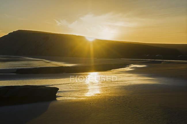 Спокійний пляж на яскравому заході сонця, Пойнт Рейес Національний берег, Дракес Біч, Каліфорнія, США — стокове фото