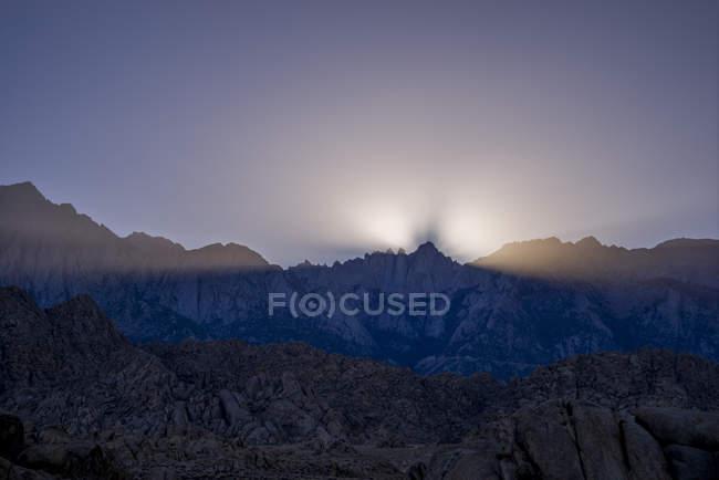 Вид на гори на сутінки в Одинокий сосни, Алабама Хіллз, штат Каліфорнія, США — стокове фото