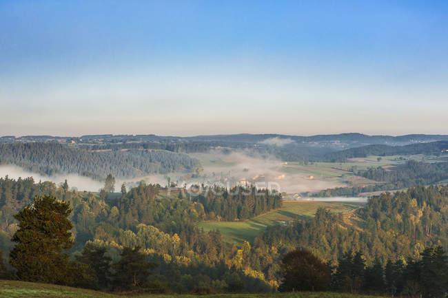 Francia, Auvernia-Ródanos-Alpes, Alto Loira, paisaje ondulado al amanecer - foto de stock
