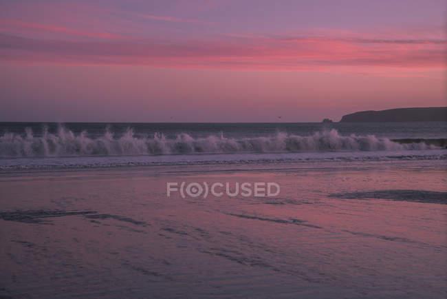 Хвилі океану в сутінках, Бдега-Бей, Каліфорнія, США — стокове фото