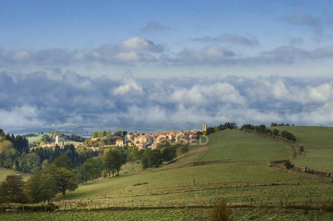 Франция, Овернь-Рон-Альпы, Верхняя Луара, Прадель и зеленые поля — стоковое фото