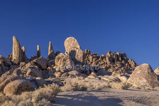 Rock formations under blue sky in Lone Pine, Alabama Hills, California, USA — Stock Photo