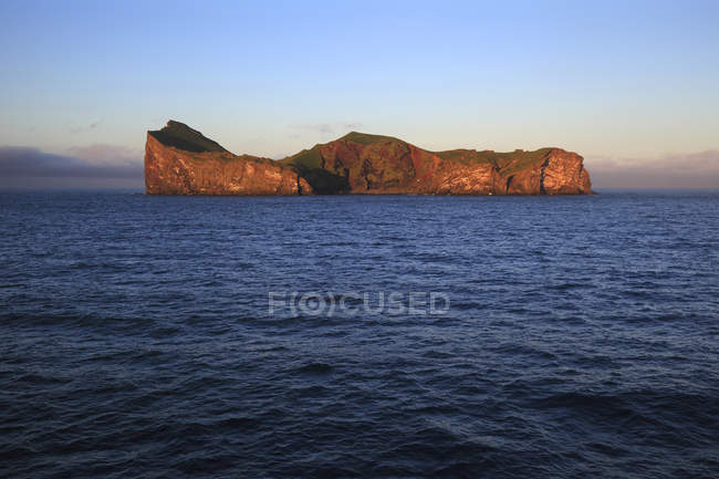 Felsen über Wasseroberfläche, Island, Vestment Inseln. Elliaey. — Stockfoto