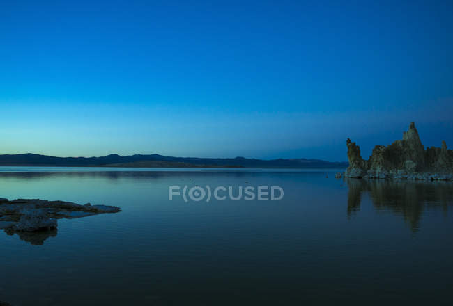 Tufa formations in Mono Lake at dusk, California, USA — стоковое фото