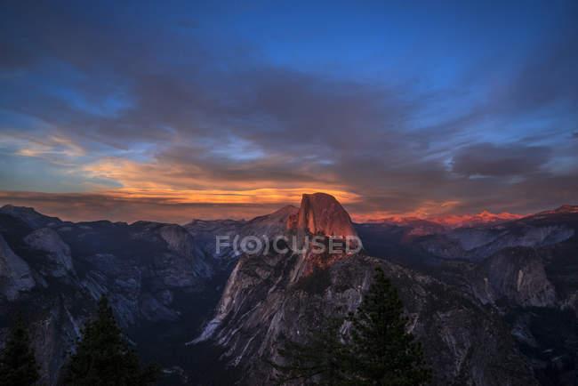 Скелясті Напівкупол і Yosemite Valley в сутінках, Національний парк Yosemite, Каліфорнія, Сполучені Штати Америки, Північна Америка — стокове фото