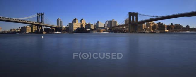 Estados Unidos, Nueva York, Brooklyn Bridge y Manhattan y Brooklyn muelles - foto de stock