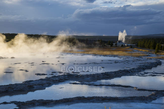 Brumes d'aube glaciales, lac Yellowstone au bassin Devique ouest, parc national de Yellowstone, Wyoming, États-Unis d'Amérique, Amérique du Nord — Photo de stock