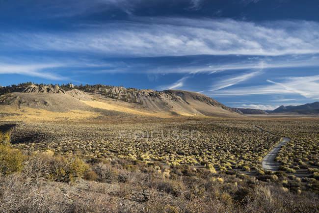 Sentier pédestre dans un paysage aride au lac Mono, Californie, États-Unis — Photo de stock