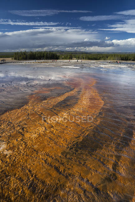 Grand Prismatic Spring en vue Twin Buttes, Midway Geyser Basin, Parc National de Yellowstone, patrimoine mondial de l'UNESCO, Wyoming, États-Unis d'Amérique, Amérique du Nord — Photo de stock