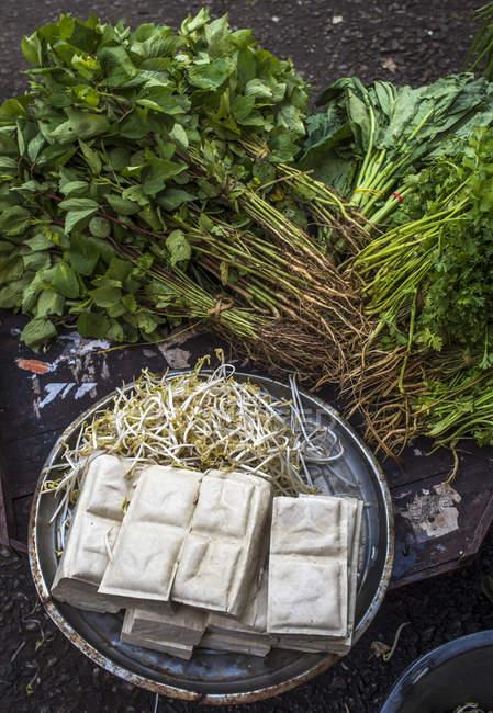 Verdure sul mercato di strada nel distretto cinese, Myanmar, Yagon — Foto stock