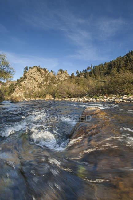 Francia, Auvernia-Ródanos-Alpes, Alto Loira, salpicando el río Loira en las montañas - foto de stock