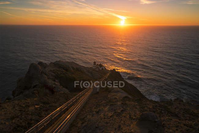 Costa rocosa y faro en la puesta de sol Point Reyes National Seashore, California, Estados Unidos de América, América del Norte - foto de stock