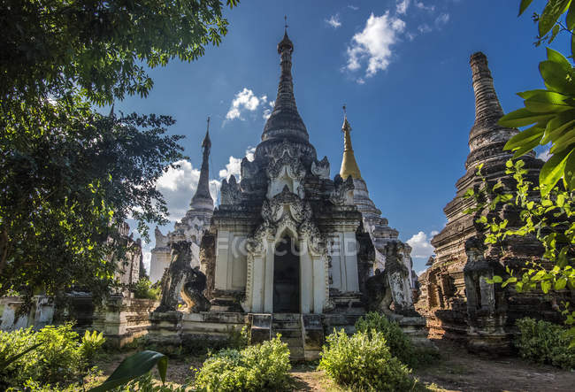 Myanmar, região de Sagaing, aldeia Ma-U-Ale, pagodes em um antigo local religioso — Fotografia de Stock