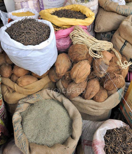 Bolsas de cocos y semillas en el mercado de Nawalgarh - foto de stock