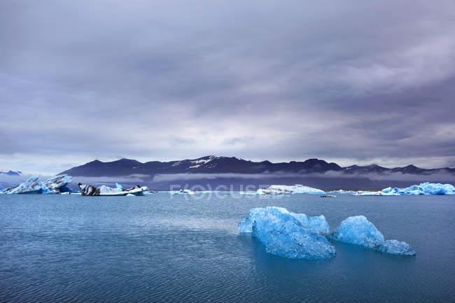 Iceland, Sudurland. Jokulsarlon lagoon and ice formations over water surface — Fotografia de Stock