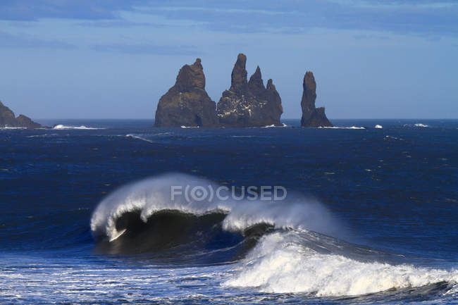 Iceland, Vik, Reynisfjara beach and waves of water against rocks - foto de stock