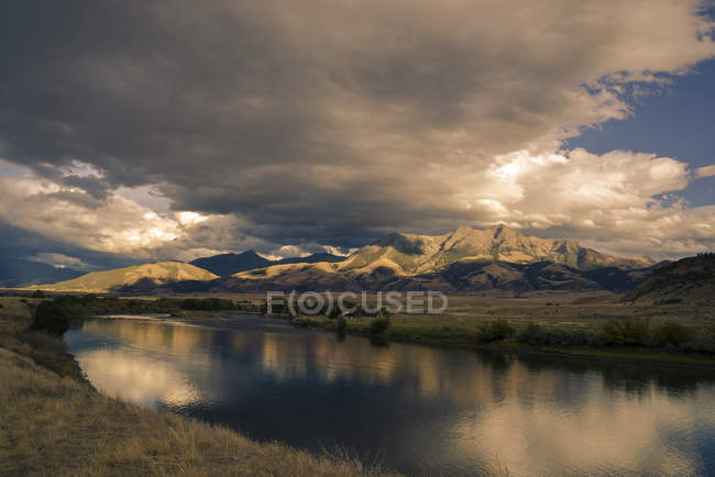 Scenic view of river and mountains at sunset in Yellowstone National Park, Wyoming, United States of America, North America — стокове фото