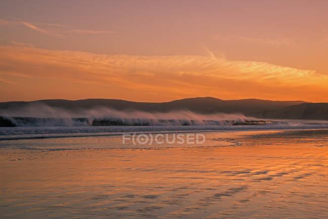 Хвилястий океан у сутінках, Drakes Біч, Пойнт Рейес Національний берег, Каліфорнія, США — стокове фото