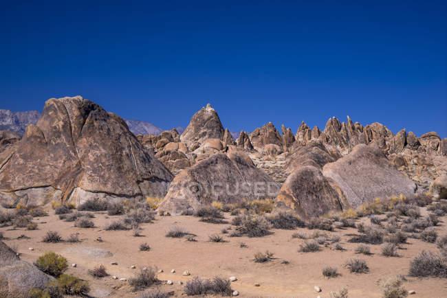Скелі утворень під синім небом в Одинокий сосни, Алабама Хіллз, штат Каліфорнія, США — стокове фото