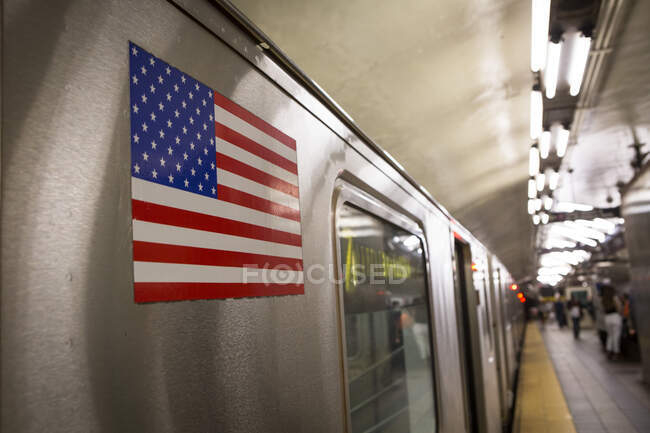Bandiera americana su un treno metropolitano, Manhattan, New York, Stati Uniti — Foto stock
