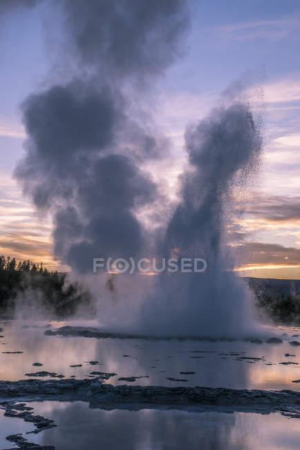 Хлюпалися гейзер на заході сонця, Єллоустонський Національний парк, штат Вайомінг, Сполучені Штати Америки, Північна Америка — стокове фото