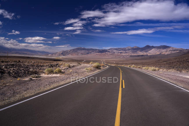 Road between Death Valley and Lone Pine, California, USA — стоковое фото