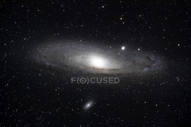 Grande galáxia de Andrômeda brilhando no zênite na constelação de Andromeda — Fotografia de Stock