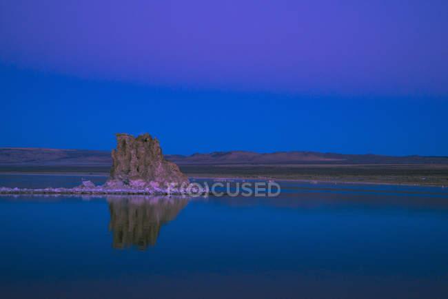 Tufa formations in Mono Lake at dusk, California, USA — Stock Photo