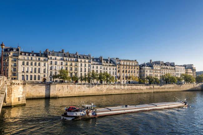 Buildings on Quai de Bthune seen from Pont de la Tournelle on Seine river — стокове фото