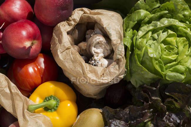 Nahaufnahme von buntem Obst und Gemüse — Stockfoto
