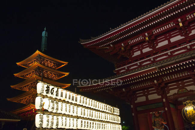 Lanterns illuminating the temple at night time, Senso ji, Tokyo, Japan — Stock Photo