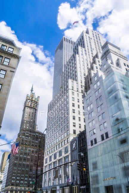 Usa, Nueva York, Manhattan Midtown, 5ª Avenida, rascacielos de varias veces. - foto de stock