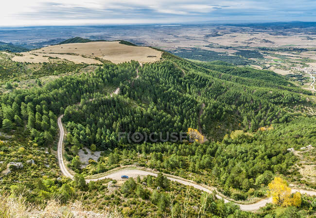 Испания, Арагон, провинция Уэска, пейзаж из скального заповедника Ла-Вирхен-де-ла-Пенья-Аниес вблизи Болы — стоковое фото