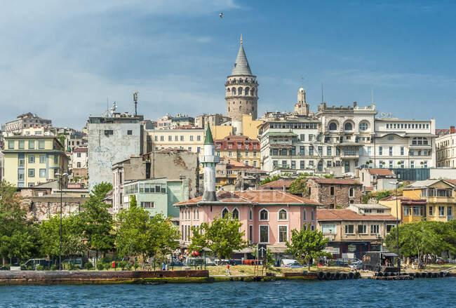 Турция, Стамбул, район Галата, Галатская башня (XIV век) и Океан у реки Босфор — стоковое фото