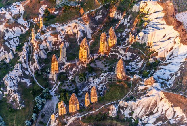 Турция, национальный парк Гореме и скальные места Каппании, ванны влюбленных (или белые ванны) с фаллическими сказочными шимпанзе (Всемирное наследие ЮНЕСКО)) — стоковое фото