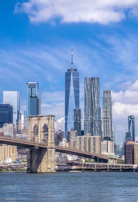 Usa, Nova York, Manhattan, Brooklyn Bridge (1883) e as torres de Lower Manhattan — Fotografia de Stock