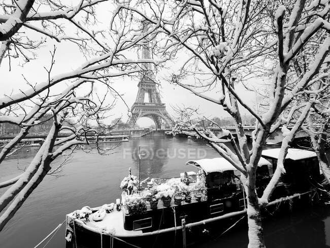 France, Paris, 16th arrondissement, barge quai enneige on bottom of Eiffel tower / Snow covered river Seine houseboat facing Eiffel tower, 16th arrondissement, Paris, France — Stockfoto