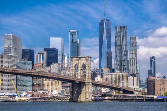 Usa, New York, Manhattan, Brooklyn Bridge (1883) e le torri di Lower Manhattan — Foto stock