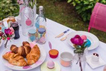 Colorful decorated easter setting table in garden — Stock Photo