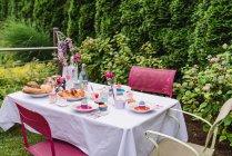 Bunt geschmückten Ostertisch Einstellung im Garten — Stockfoto