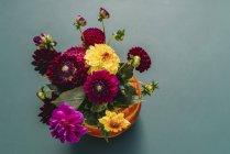 Calabaza florero con flores de Dalias de colores, naturaleza muerta - foto de stock