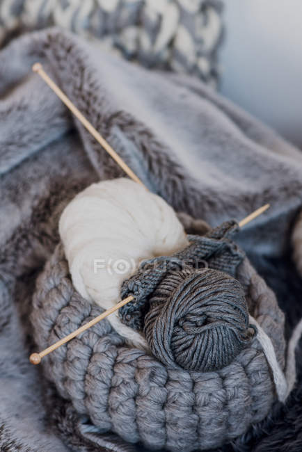 Knitting yarn knitted basket with needles — Stock Photo